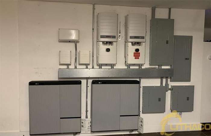Độc lập năng lượng với các tấm pin mặt trời và hệ thống pin lưu trữ trong nhà